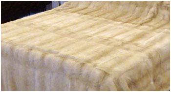 Меховое покрывало на двуспальную кровать из светлой норки